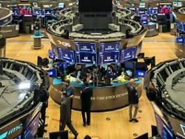Dow Jones fällt um 900 Punkte: Corona-Ängste setzen US-Börsen heftig zu