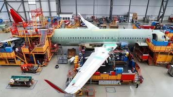 Luftfahrt- und Rüstungskonzern: Pandemie und Kosten für Stellenabbau reißen Airbus in die roten Zahlen