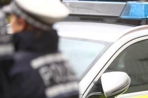 unbekannter beschädigt auto und schraubt kennzeichen ab