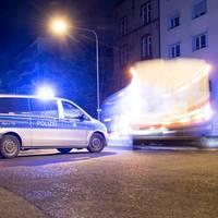 News vom Wochenende: Frankfurt-Ostend: Autofahrer rast über Fußweg in Hauswand – zwei Passanten tot