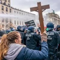 Unbekannte Mächte und Verschwörungen : Querdenker: Welche Rolle spielt christlicher Fundamentalismus bei den Corona-Protesten?