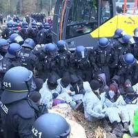 Video: Hunderte blockieren Zufahrtswege im Dannenröder Forst