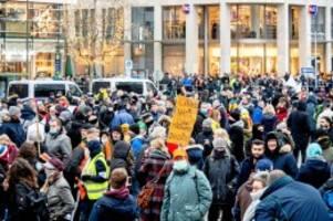 """anti-corona-demo: """"querdenken""""-aktivistin sieht sich als neue sophie scholl"""