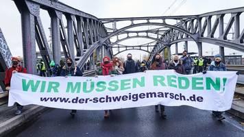 Schweigemarsch - Corona-Politik-Protest: 600 Polizisten bei Berliner Demos