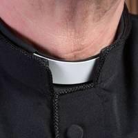 wegen eines elektrikers flog er auf: schweizer priester soll jahrelang eine frau in seiner wohnung versteckt haben