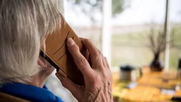 corona-beschränkungen - umfrage: menschen vermissen kontakt zu familie und freunden