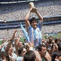 Fußballgott: Diego Maradona – sein bewegtes Leben in Bildern