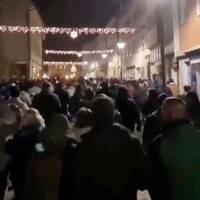 Hildburghausen: Deutschlands schlimmster Corona-Hotspot: Hunderte ziehen ohne Abstand und Maske durch die Straßen