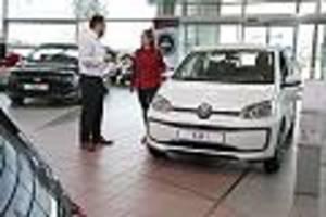 Auto-Finanzierung - Barzahlung oder Leasing? Aktuelle Umfrage zeigt, wie Deutschlands Autokäufer ticken