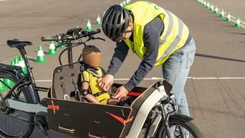 sicher auf der straße: kinder im lastenrad immer anschnallen
