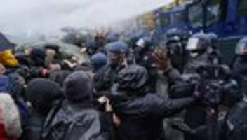corona-demos: mit weiterer gewalt ist zu rechnen
