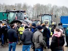 protest gegen niedrige preise: bauern blockieren lidl-lager mit treckern