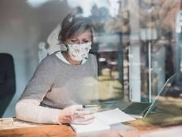 Selbst bei Abstand und Lüftung: WHO: Maskentragen auch zu Hause sinnvoll