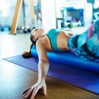 entspannungs- und kraftübungen: so unterstützt eine pilates-rolle das ganzkörpertraining und löst verspannungen