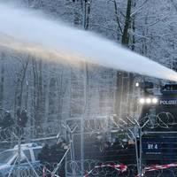 Wasserwerfer gegen Schneebälle: A49-Gegner errichten weiter Blockaden