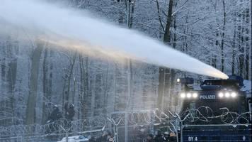 Streit um A49: Polizei setzt Wasserwerfer im Dannenröder Forst ein