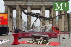 demonstration: kulturbranche demonstriert mit dino-skelett in berlin
