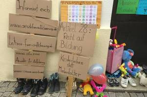 Eltern protestieren vor dem Leipheimer Rathaus