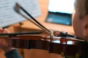 corona-pandemie: spielen vor dem pc: musikschüler im lockdown