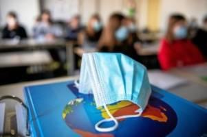 Corona-Pandemie: Studie: Kinder stecken sich doch häufiger mit Corona an