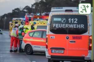 schwerer unfall: transporter kracht auf a7 in lkw – fahrer eingeklemmt