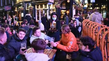 Ohne Corona-App: Rentner ohne Handy wird von englischem Pub abgewiesen