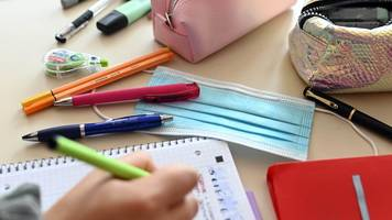 schüler kehren im wechselmodell in klassenzimmer zurück