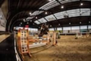 - Tragischer Tod, Reiterin unter Schock: Stute stirbt nach Sturz bei Siegerehrung