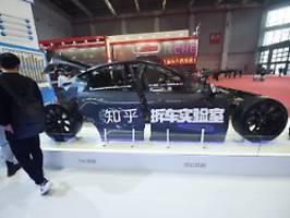 massiver druck aus peking: tesla entschuldigt sich bei chinesin
