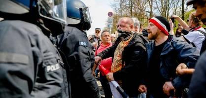 Festnahmen, Flaschenwürfe – Demonstation gegen Corona-Maßnahmen eskaliert