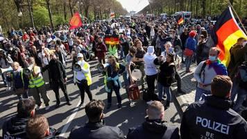 Infektionsschutzgesetz: Tausende protestieren in Berlin – Angriffe auf Polizisten