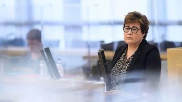 landtag: ministerin verteidigt corona-strategie