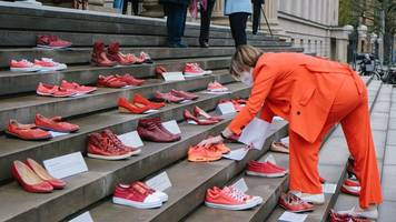 Abgeordnete protestieren gegen Gewalt gegen Frauen