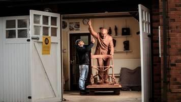 gesellschaft: künstler sammelt spenden für captain-tom-statue aus bronze