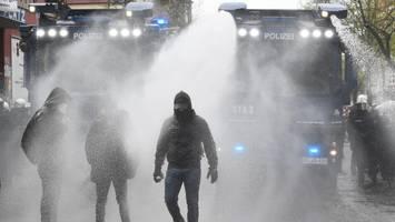 Newsblog 1. Mai: Hamburger Polizei setzt Wasserwerfer gegen linke Demonstranten ein