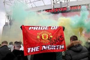 fans von manchester united stürmen stadion old trafford