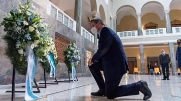 Bayerns Ministerpräsident Markus Söder kniet zu Ehren von Sophie Scholl