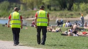 Randale im Englischen Garten - Münchner Polizei: 19 verletzte Beamte nach Einsatz in Park