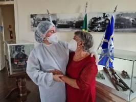 mutter und tochter vereint: umarmung für erste impfstoff-probandin