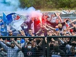 teambus ausgebremst: rostock-fans feiern auf der a9