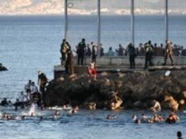 marokko: etwa 5000 migranten gelangen in spaniens enklave ceuta