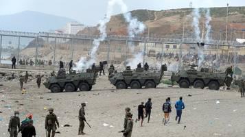 chaos in exklave ceuta: spanien fährt panzer wegen flüchtlingsansturm auf