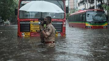 Wirbelsturm - Indische Marine: Lastkahn sinkt bei Zyklon