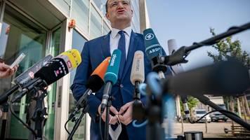 Streit mit SPD: Merkel und Laschet verteidigen Spahn im Masken-Streit
