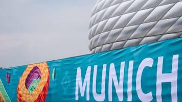 münchner fußball-arena bereits im em-design
