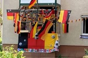 fußball: ein balkon in steglitz im em-fieber