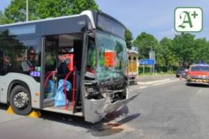A 23: Unfall mit zwei Linienbussen an der Autobahn – Elf Verletzte
