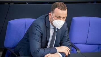 bundestag verlängert pandemie-notlage erneut – heftige kritik an spahn