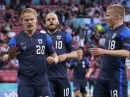 Fußball-EM: Finnland gewinnt nach Spielunterbrechung gegen Dänemark