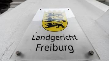 tödliche messerattacke in freiburg: 24-jähriger vor gericht